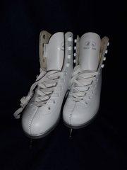 Продам новые чешские кожаные белые фигурные коньки р.30